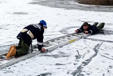 Feuerwehrjugend übt Eisrettung